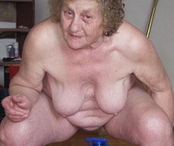 Uralte und nackte häßliche Frauen, wie faltige Omas und Frauen mit schlechtem Bindegewebe und Krampfadern. Für alle die auf häßliche stehen.